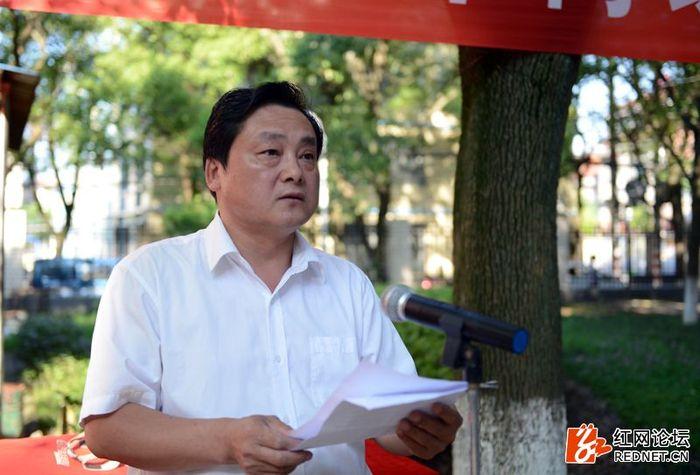 县委组织部副部长、县老干局局长陈鑫主持2016年岳阳县城关地区老年门球赛闭幕式。